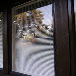 Isommat ikkunat ovat varustettu sälekaihtimilla ja korvausilmaventtiileillä.
